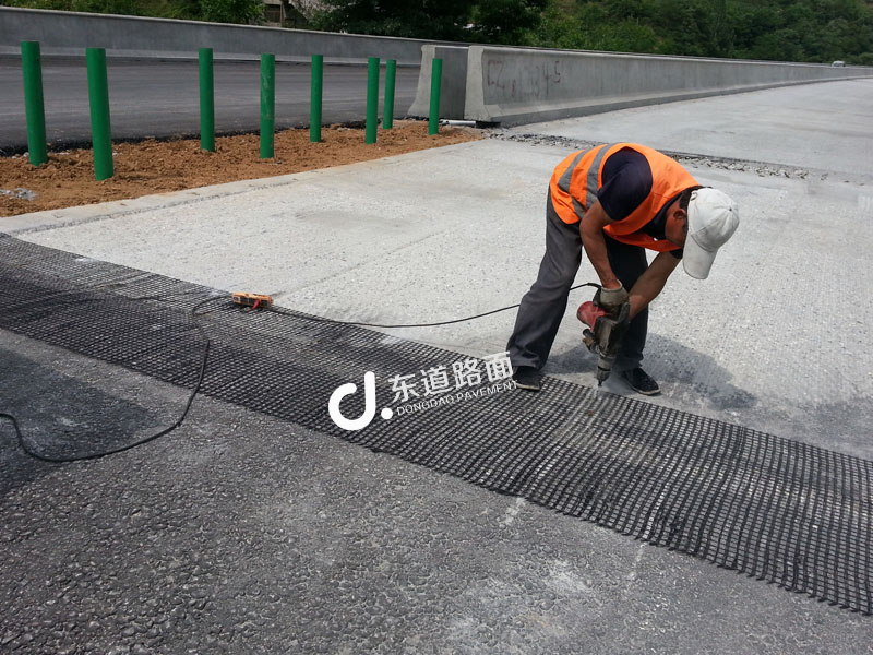 高速桥头搭板接缝处玻纤格栅增强